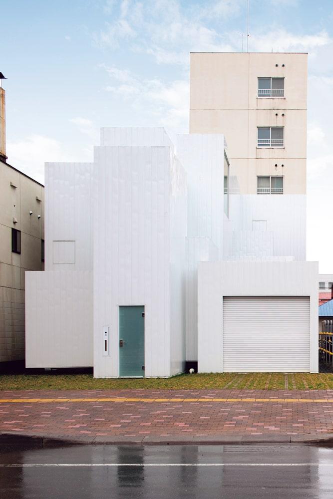 住宅街の中に建つhouse m。真っ白な窓のない箱が連なるその姿は、小さな美術館のようだ
