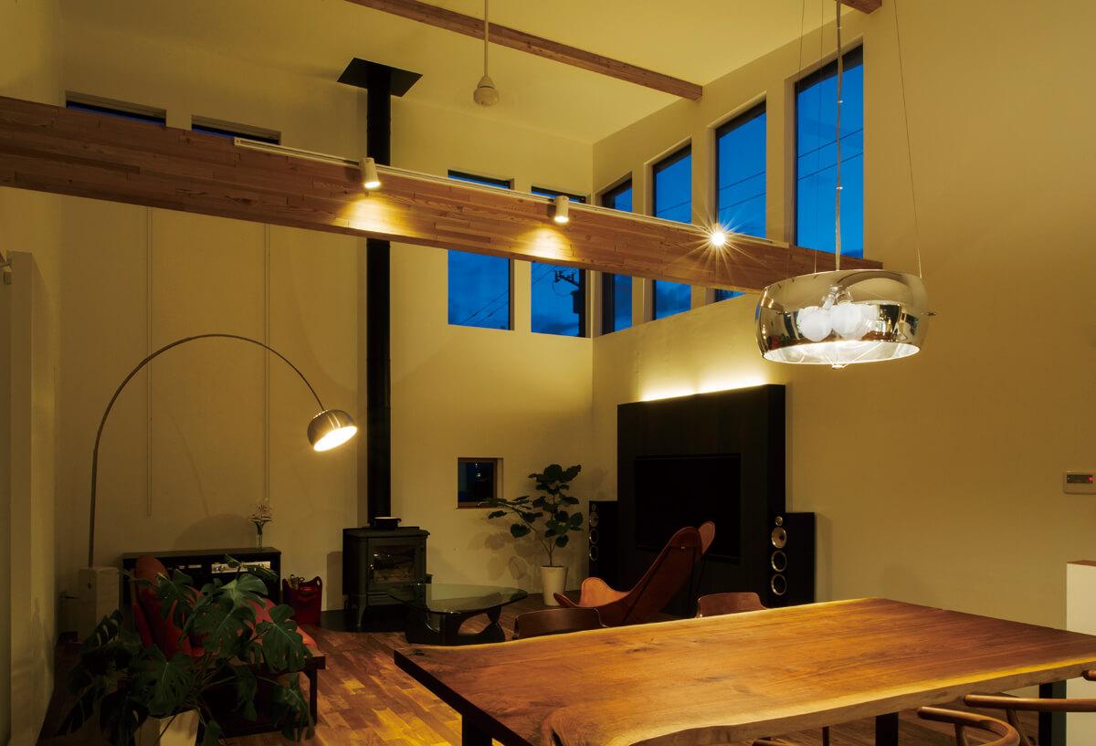 2階のリビング・ダイニング。屋根なりに高さが増す天井とハイサイドライトが、くつろぎの空間を生む