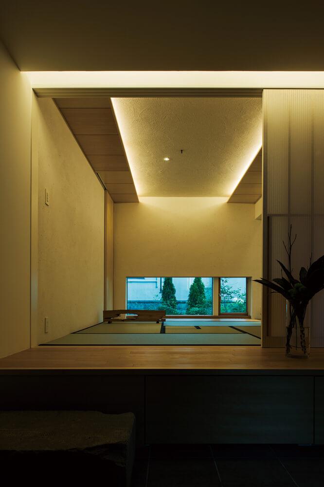 住居スペースの玄関に入ると、正面に和室が開ける。何もない空間によって、視覚的な広がりを感じさせる効果も