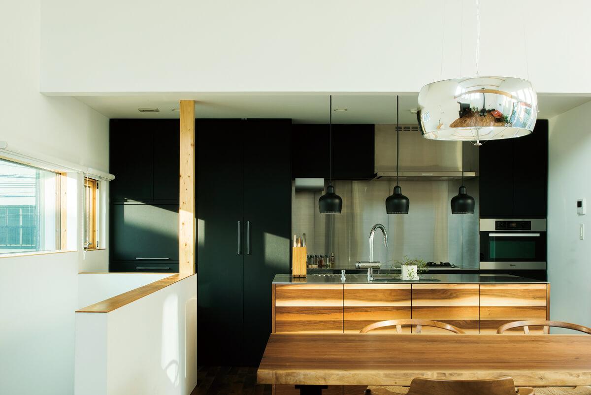 黒を基調としてシックに仕上げた造作のキッチンは、使い勝手にもこだわった