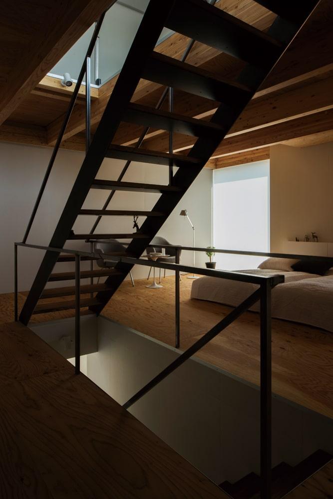 建物の中央に設けた階段スペースは3階まで吹き抜け、暖かく空気と人の気配を運ぶ