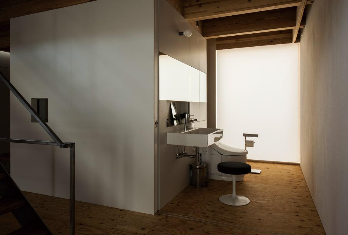 キッチンの真下にある2階水まわりとトイレ。引き出し式の吊り戸が設けられ、間仕切りできる