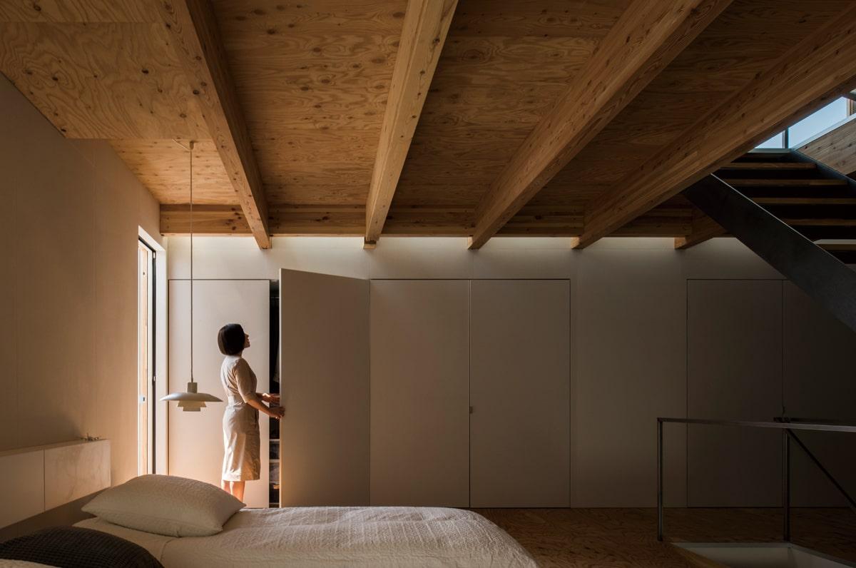 2階には夫婦の衣類や洗濯機を収める壁面収納を造作。ここからあふれるほどのモノは持たない主義、だそう
