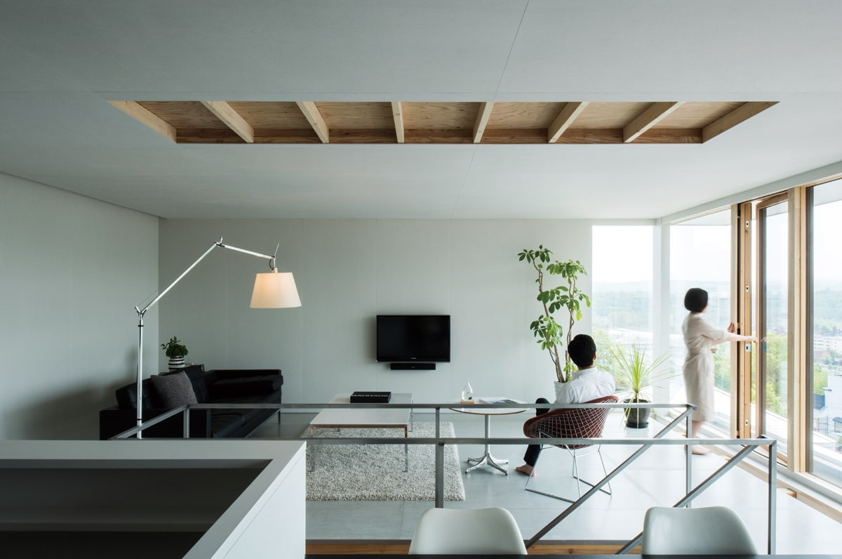 ご夫妻が長年大切にしてきた家具、照明器具、観葉植物が美しくレイアウトされた3階のLDK