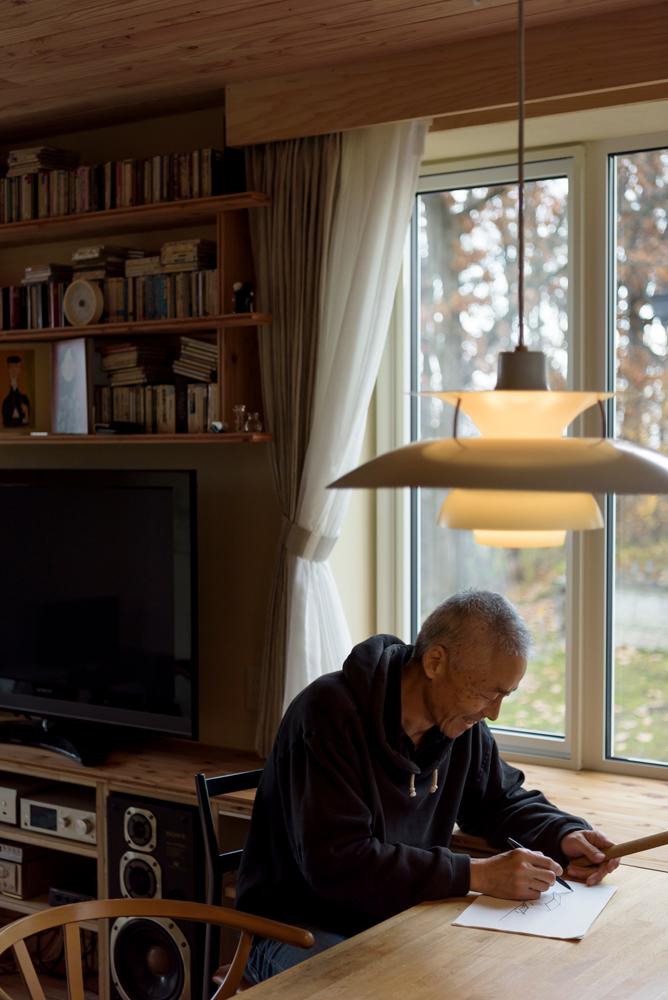 ダイニングテーブルは、仕事机も兼ねる。窓越しに見える柏の木には、時折アカゲラもやってきて、目を楽しませてくれる