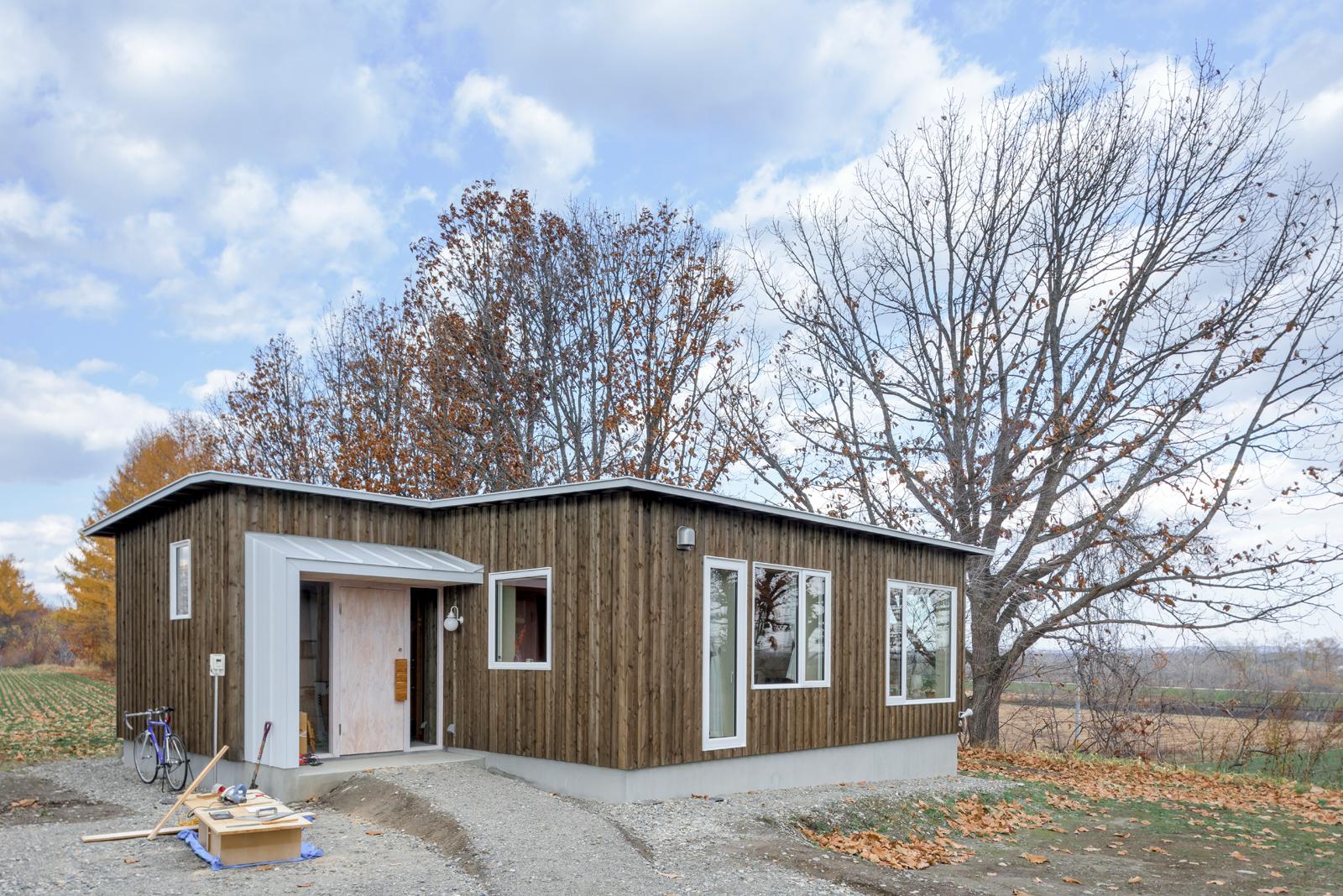 敷地に合わせて設計された新居は、ずっと前からここに在ったように、自然な佇まいに仕上がった