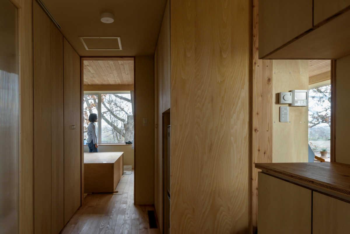 玄関ホールの正面は寝室、右手はLDK。小さな家ならではの動線の短さに、奥さんは「家事がしやすい」と喜んだ