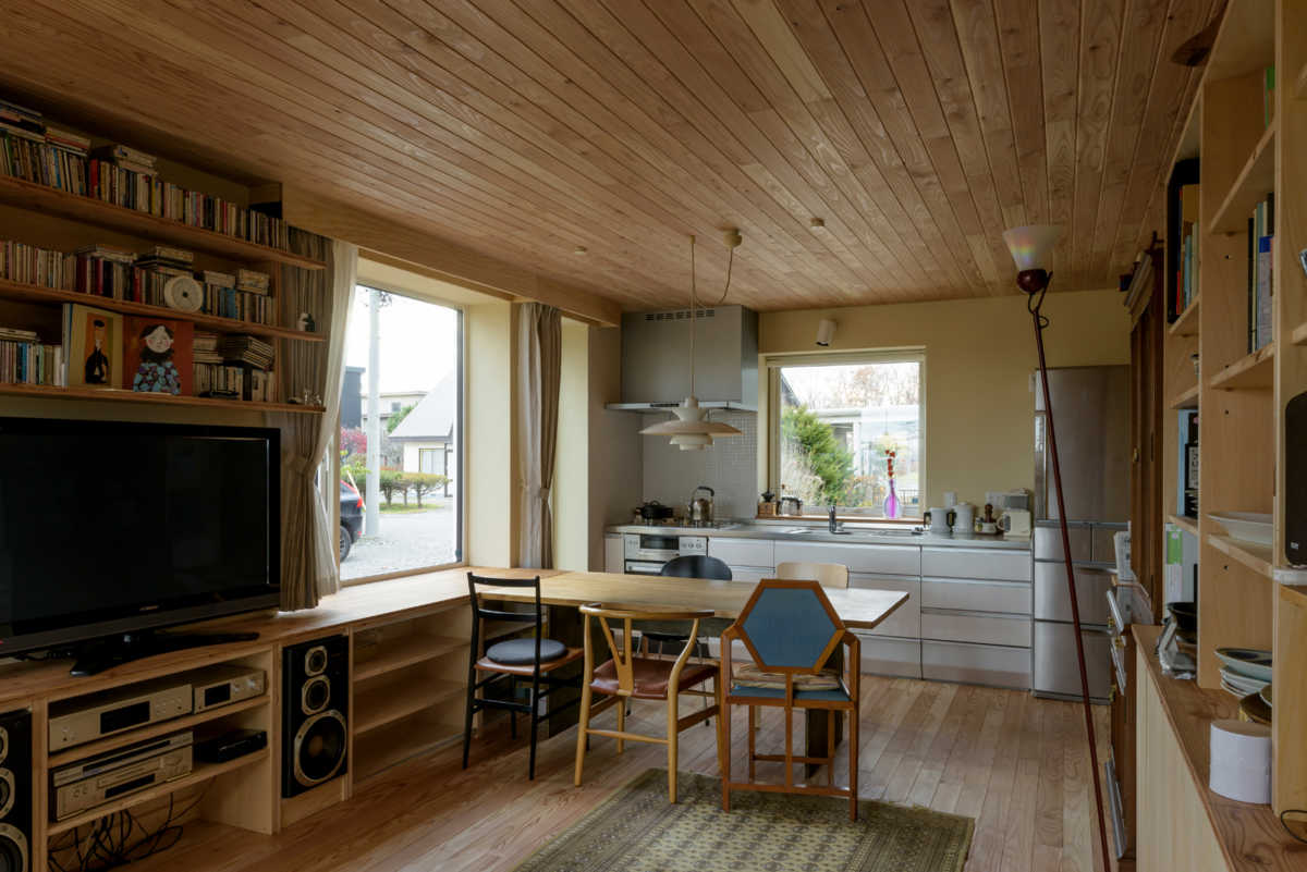 経年変化を楽しむため、建物と造作にはカラマツとシナベニヤを採用。テレビの上の壁面収納は、カーテンの納まりも考えて設計