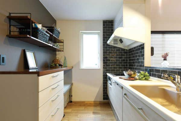 タイルの色や貼り方で、キッチンを自分流にアレンジ。