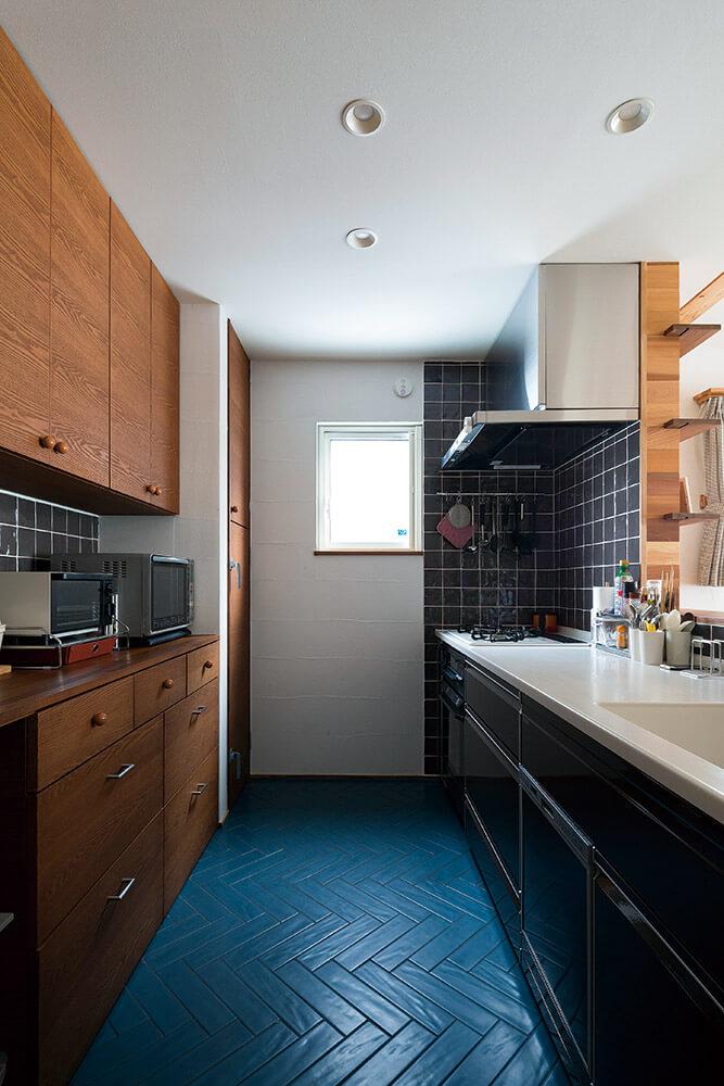 グレーとブルーのタイルは、濃いめに着色した造作戸棚ともよく合っている