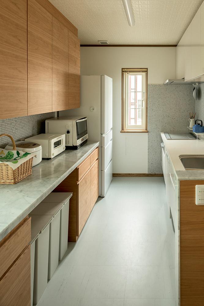 造作キッチンには、奥さんの希望でミーレの食器洗浄機も組み込まれた。隠す収納に徹したキッチンは、いつでもキレイを労せず保てる