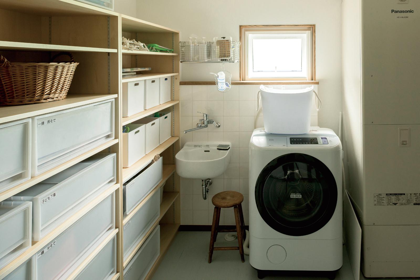 「洗濯物は生活空間から隔離したい」という奥さんの希望で、ユーティリティは衣類収納ができる造作棚を備えた