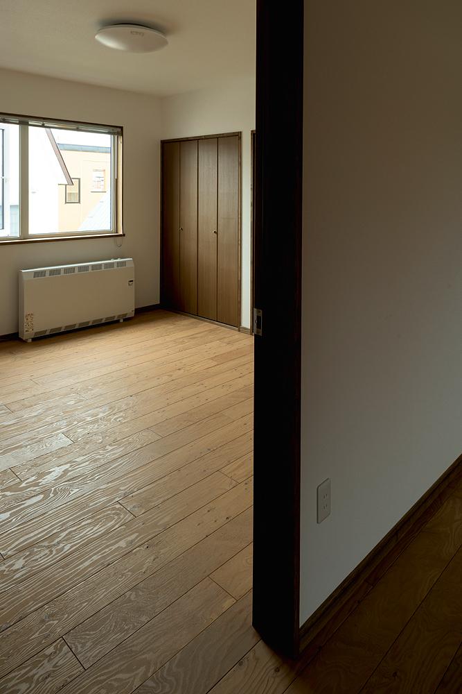 2階に新たに設けられた子ども部屋。「8歳と11歳の息子のために部屋を設けたい」というのが、今回のリノベーションの大きな動機のひとつだった