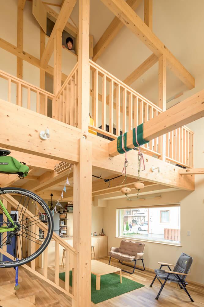 子ども部屋とリビングをつなぐ開放感のある美しい木組みが魅力の吹き抜け