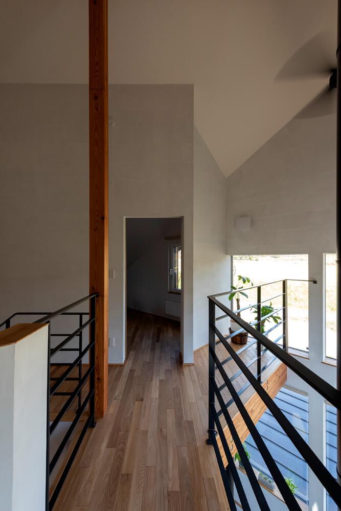 子ども部屋への入り口。現在植木が置いてあるホール部分には椅子を置いて景色を眺めるスペースにするか検討中