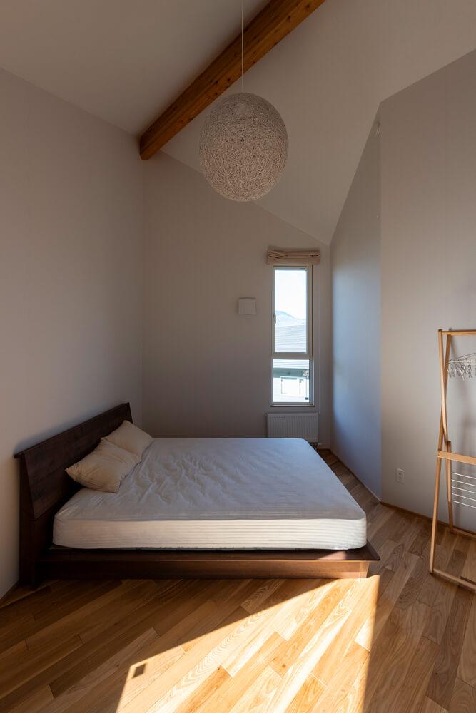 気持ちよく風が通る主寝室。照明は当初吹き抜け用に購入したもの。下から見てもまぶしくなく寝室にぴったり