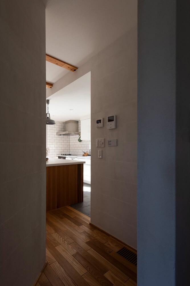 キッチンのアイランド部分、キッチンからランドリーコーナーへの壁(写真右)周辺、吹き抜けの階段のまわり、とLDK部分には3つの回遊動線が