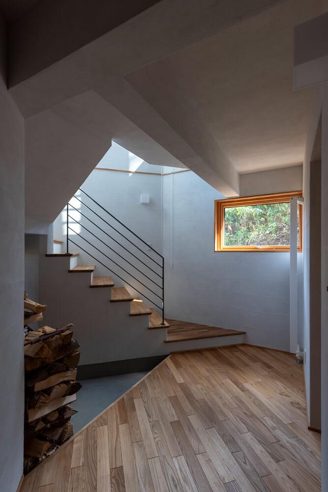 玄関部分。無垢材の床と珪藻土の塗り壁が標準仕様という点もSUDOホームにお願いする決め手となった