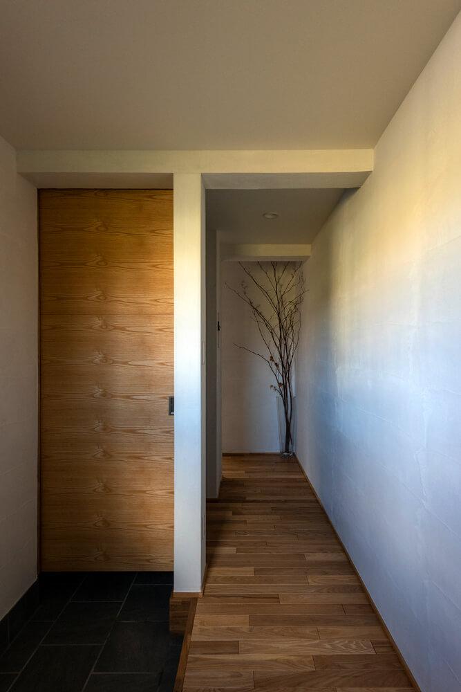 左の扉は玄関横の通り抜け型クローク。約2畳のスペースで、上着類からベビーカーまで置ける