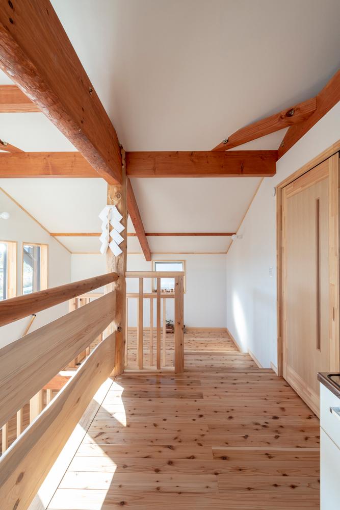 階段の踊り場は2階床より一段低いスキップフロア仕様。「階段の途中で少し休むようなスペース」と林陽一社長