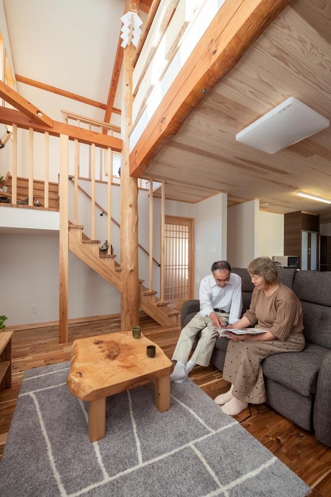 家具や建具、幅木やまわり縁など木部の加工はすべて自社加工。適材適所の木の住まいづくりを得意とする