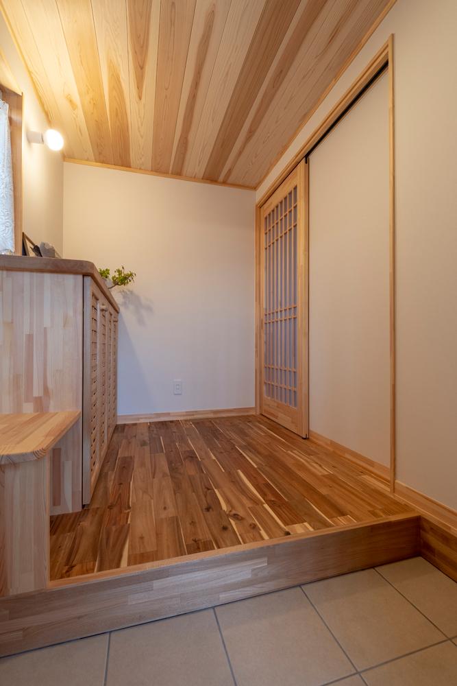 玄関を入るとふわりと木の香りに包まれる。木肌の美しさを生かしたシンプルなデザイン