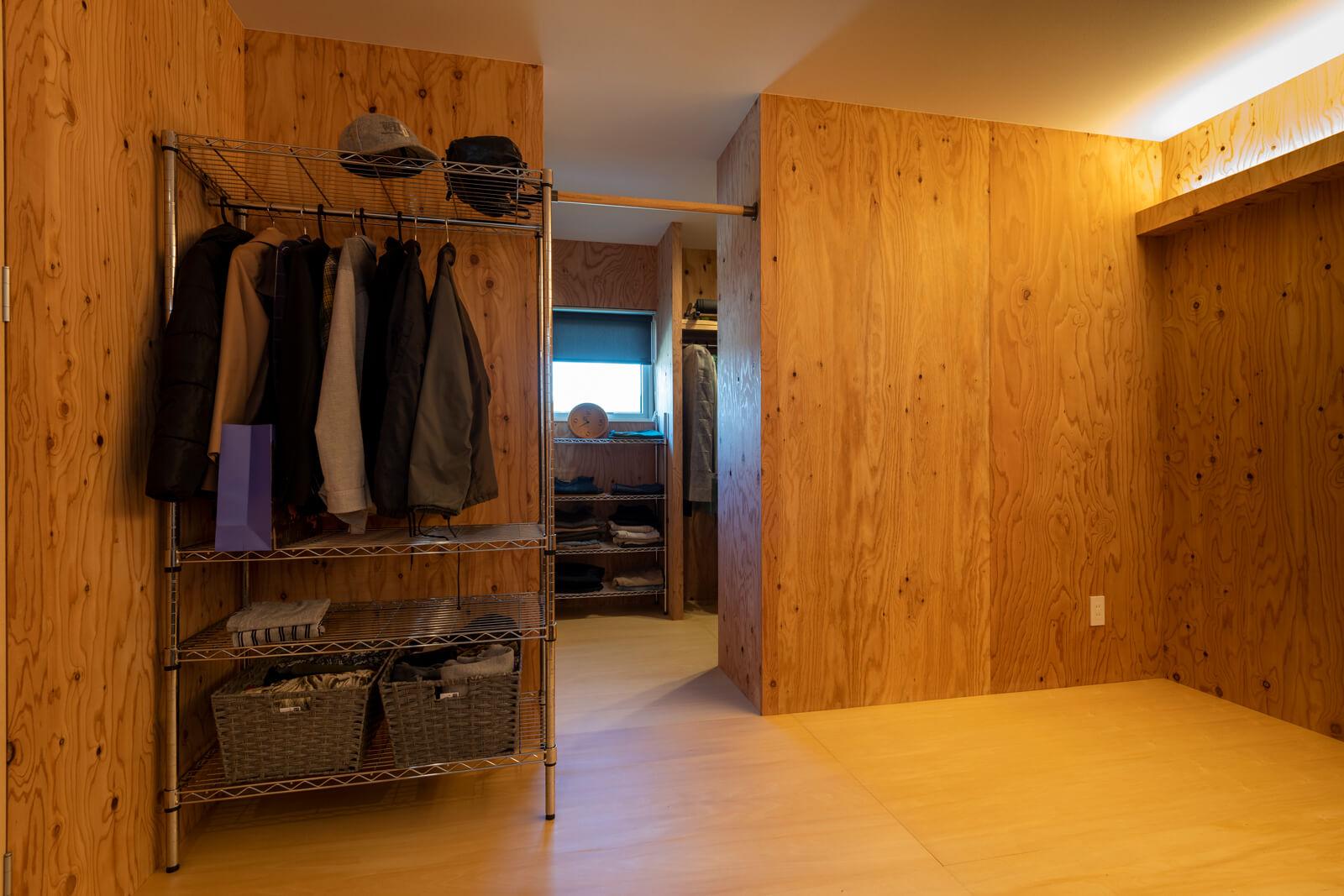主寝室。奥には広々としたウォークインクローゼットをレイアウト