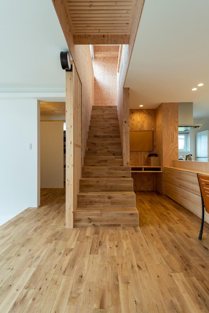家族の結び付きを密にするリビング階段を採用。階段まわりの壁には針葉樹合板をアクセント的に使用
