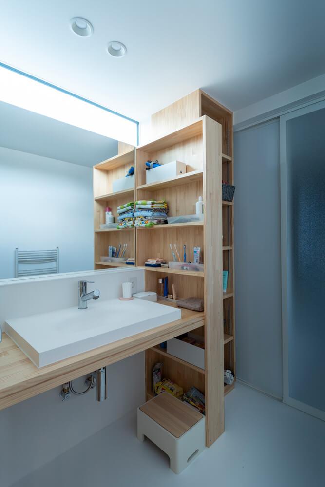 造作の洗面台と収納を備えた脱衣室