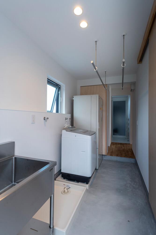 奥さんこだわりの洗濯室。床暖房が入っているので、干した洗濯物がすぐに乾く