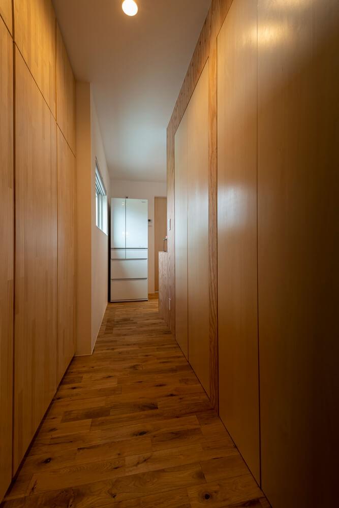 玄関とキッチンをつなぐ一直線の廊下の左右には収納がたっぷり