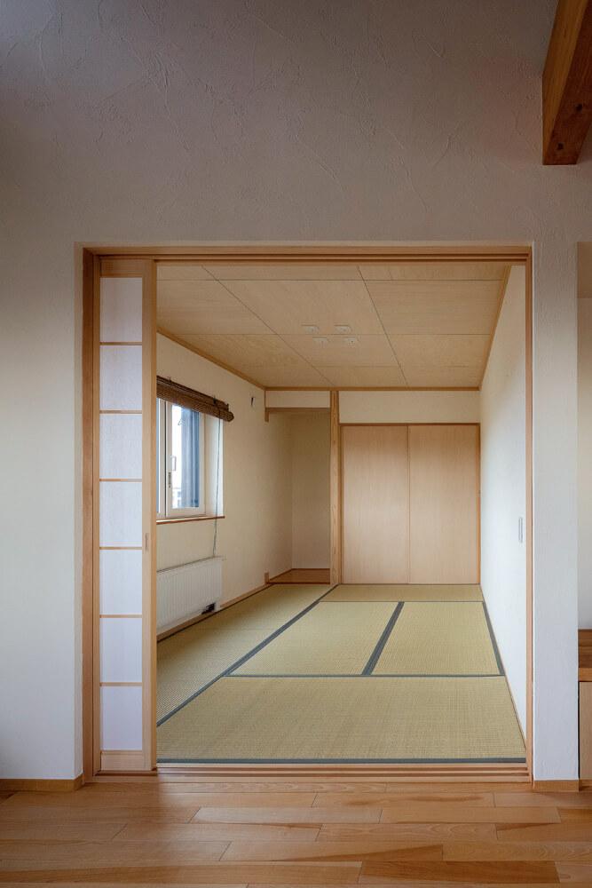 リビングから続く和室は客間として十分な広さ。壁はこだわりの藁入り珪藻土