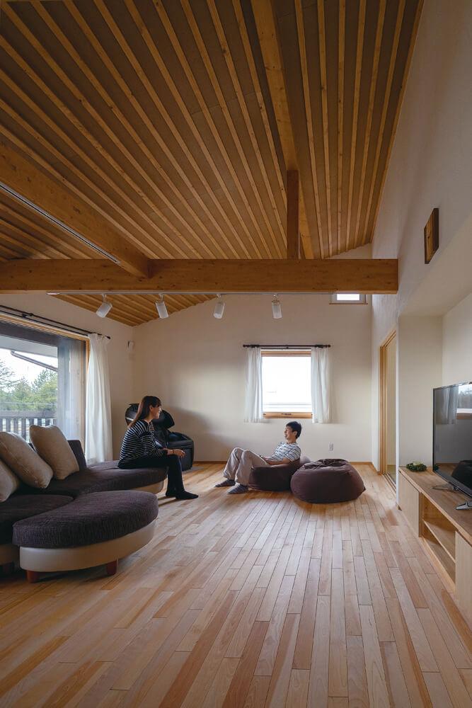 木張りの斜め天井とカバの無垢フローリングで木のぬくもりたっぷりなリビング