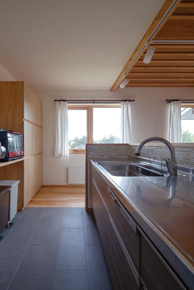 キッチンの床はお手入れもラクなタイル張りに。シンプルながら使い勝手は抜群