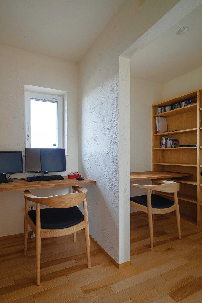 二人が並んで使える書斎スペース。ほどよい距離感を保てる半オープン式がいい