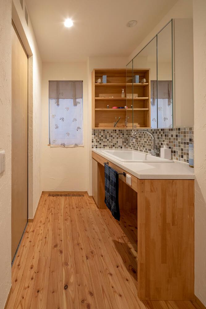 造作した洗面スペース。モザイクタイルと木の雰囲気が洗練された印象を与える