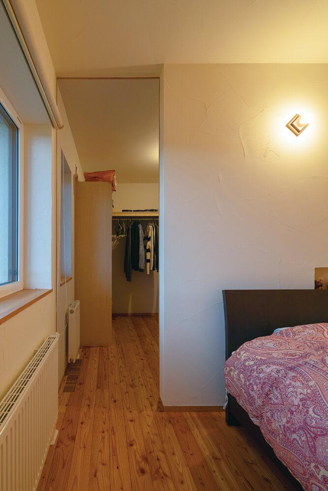 寝室部分は、部屋を最低限にして奥のウォークインクローゼットを広く取り効率的に