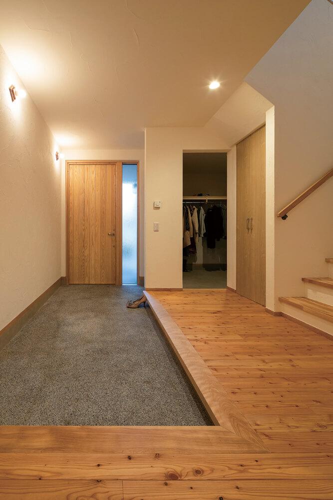 玄関には広い土間を設けて、奥に自転車やタイヤなどを収納できるスペースも