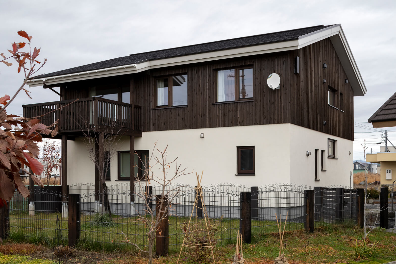 1階はモルタル、2階はトドマツ木張りの外壁。1階は窓を小さめにしプライバシーを考慮した