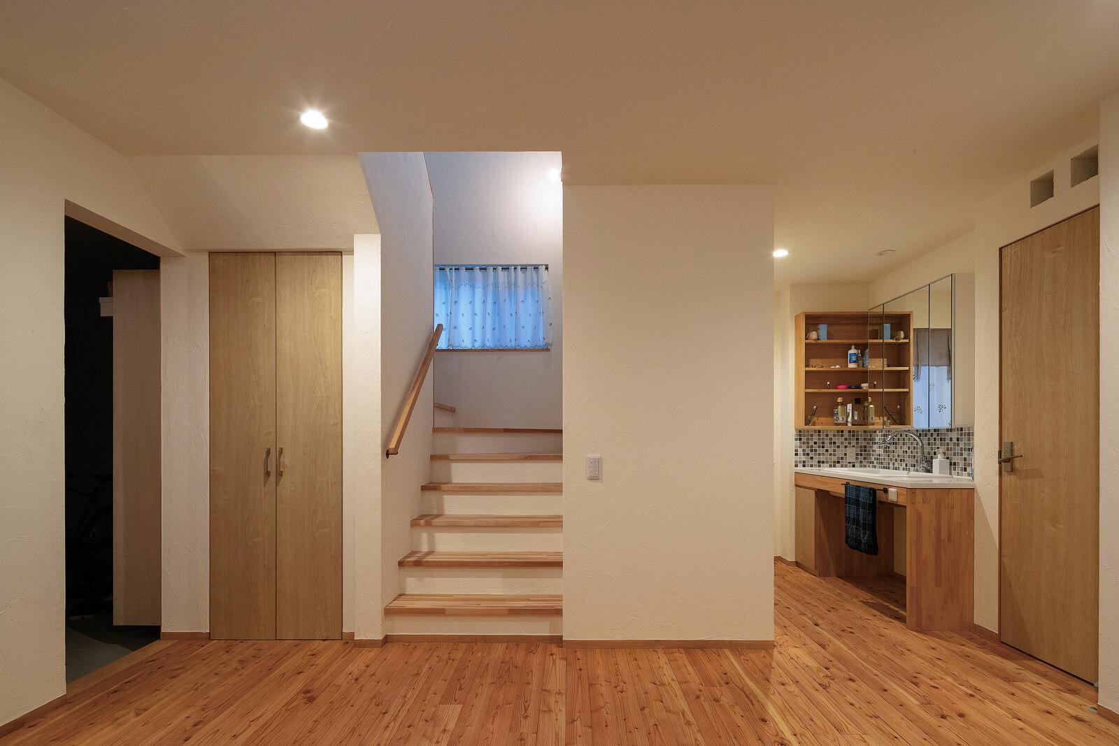 1階は水まわりと寝室をまとめて、朝の身支度や就寝前の動線を便利に工夫して設計した
