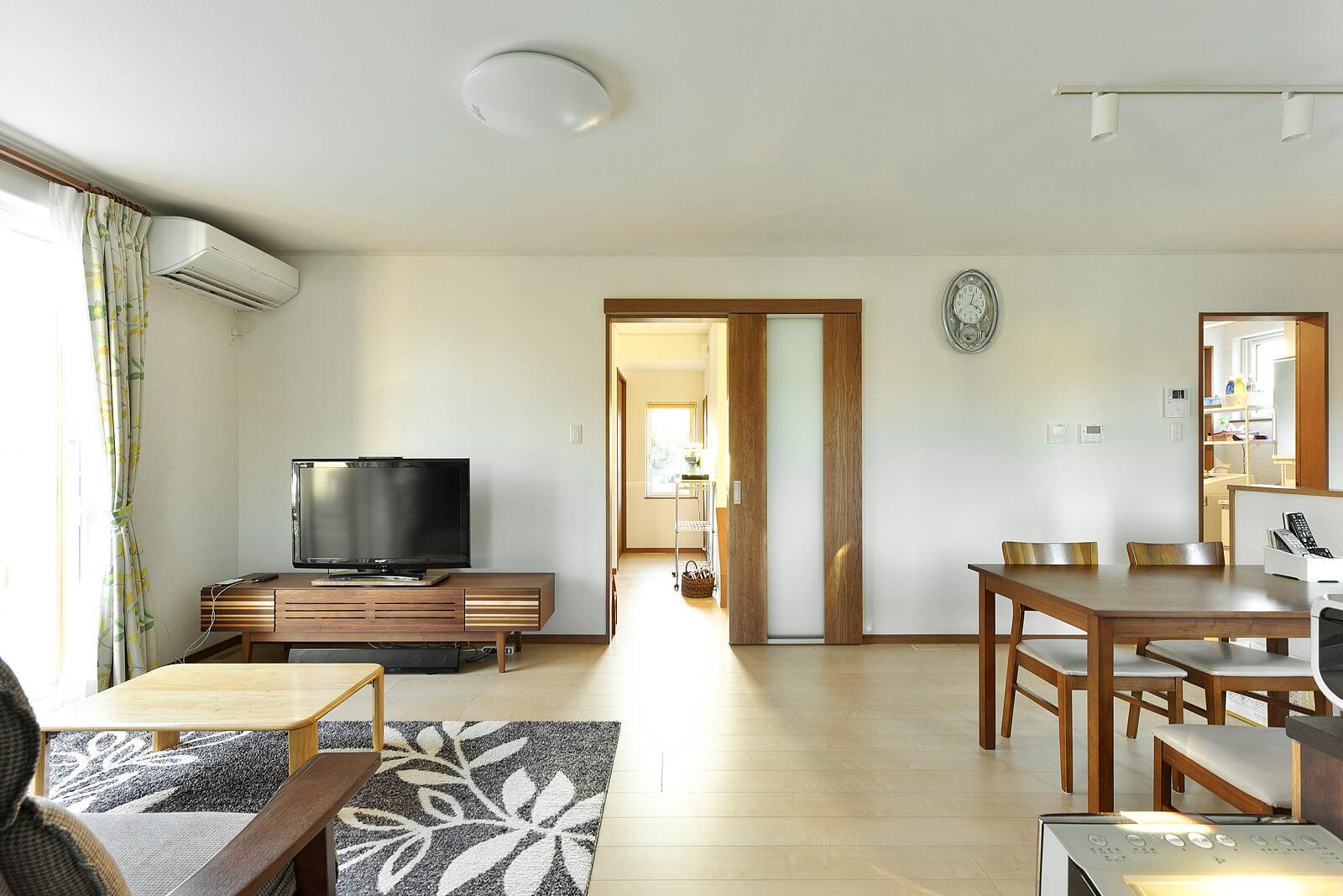 ナチュラルな雰囲気のリビング・ダイニング。ガラリを通じて室内と床下の空気を循環させ温度を均一に