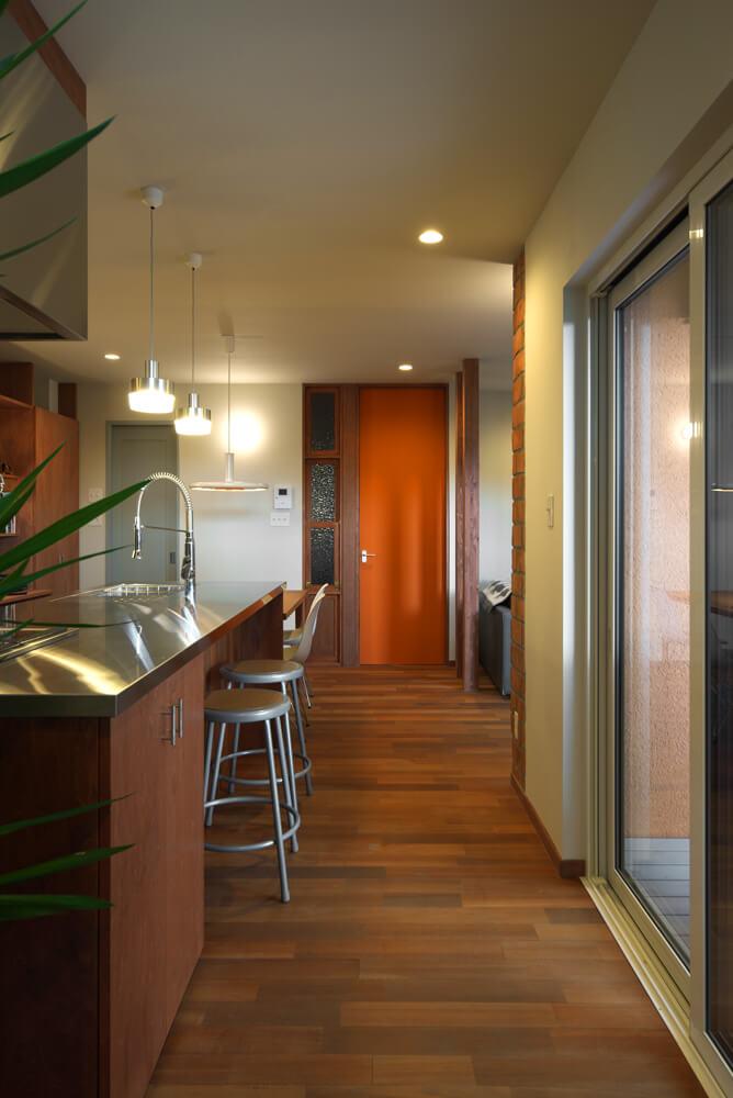 赤みがかった床、ライトグレーの壁など、色使いの妙はゴリラデザインならでは