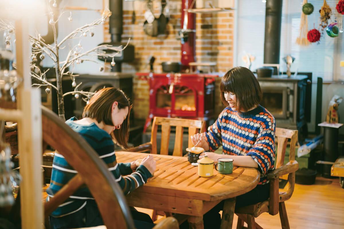 作った料理を楽しむ川上さんと同店スタッフの●さん。美味しくて心も温まる