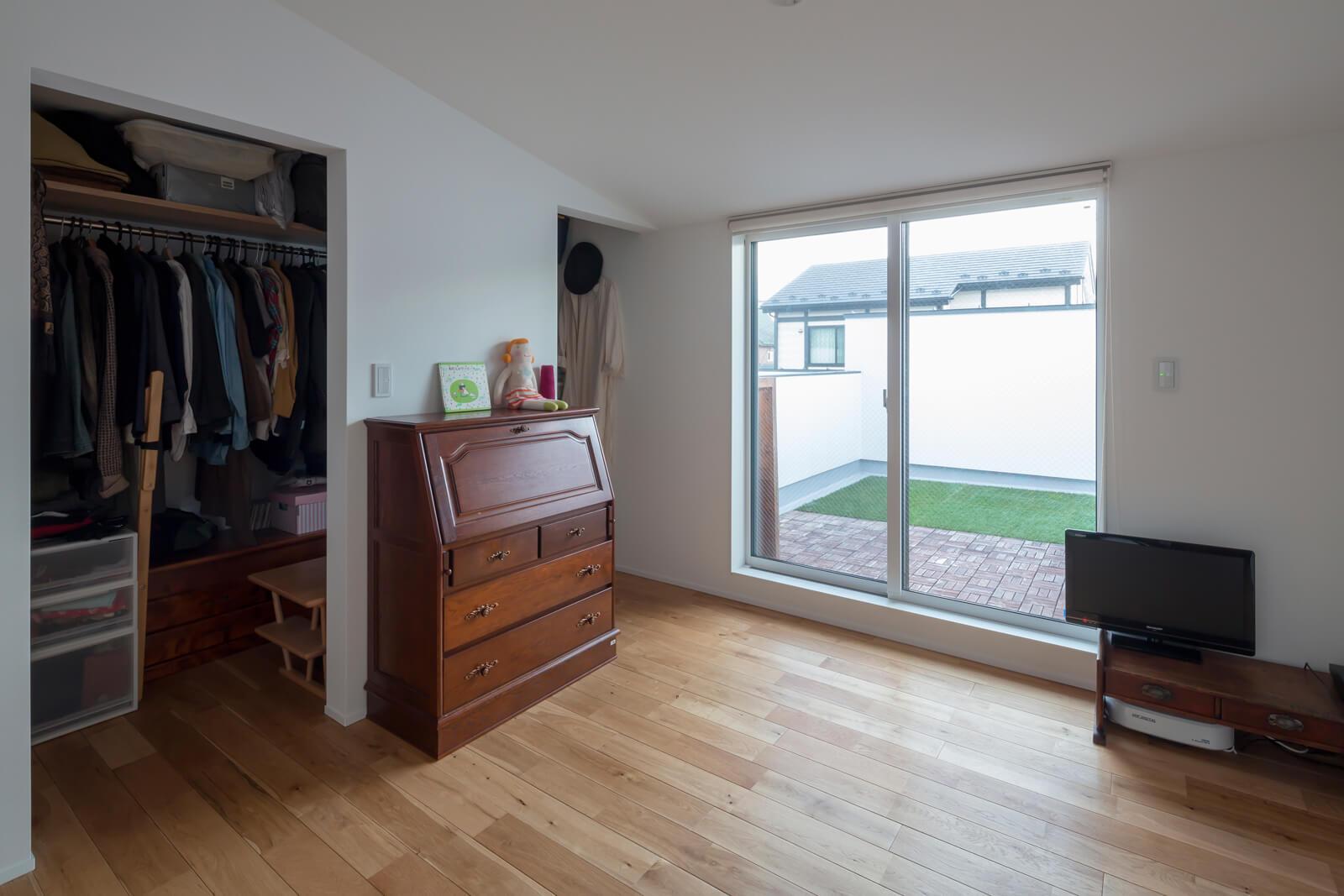 ウォークスルーのクローゼットを設けた子世帯主寝室。ワイドバルコニーはアウトドアリビングとしても活用中