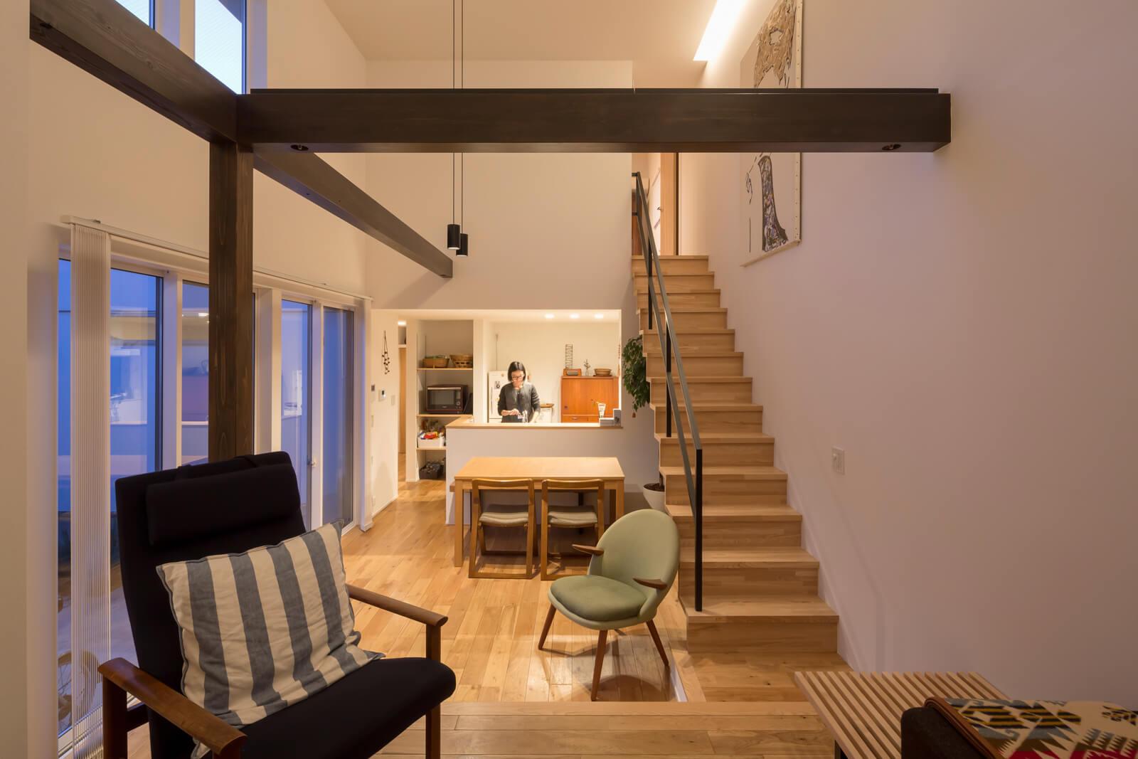 子世帯は光をたっぷり取り込む南面開口。白壁と無垢オーク床の明るくシンプルな空間を、ダークな色合いの化粧梁と柱が引き締めている