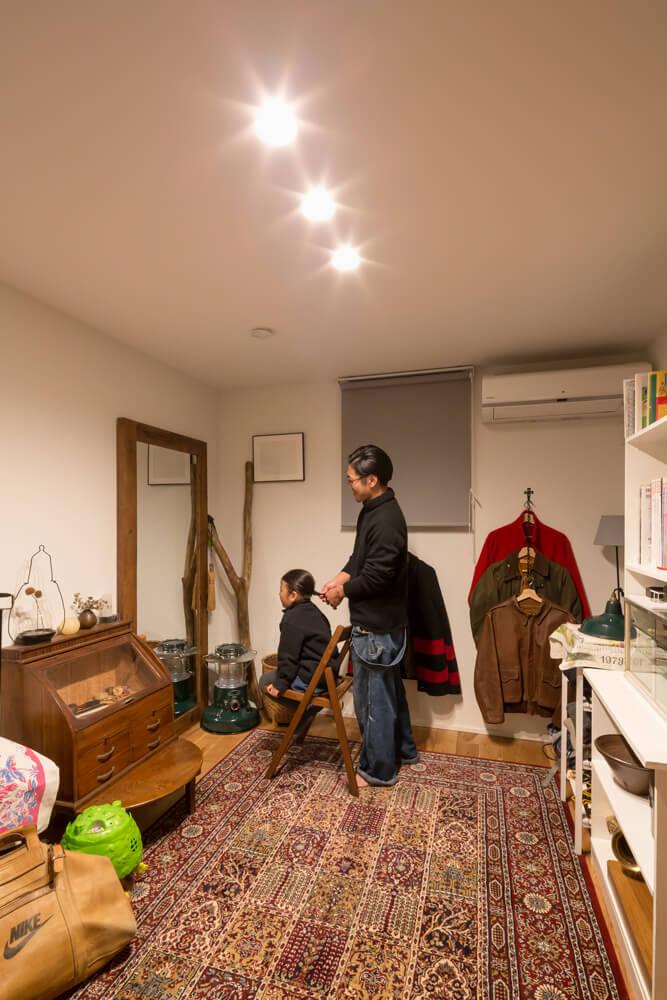 親世帯との接点に配した将来の子ども部屋。今のところは、Iさんの美容師時代の道具を置いた家族専用のヘアサロンに