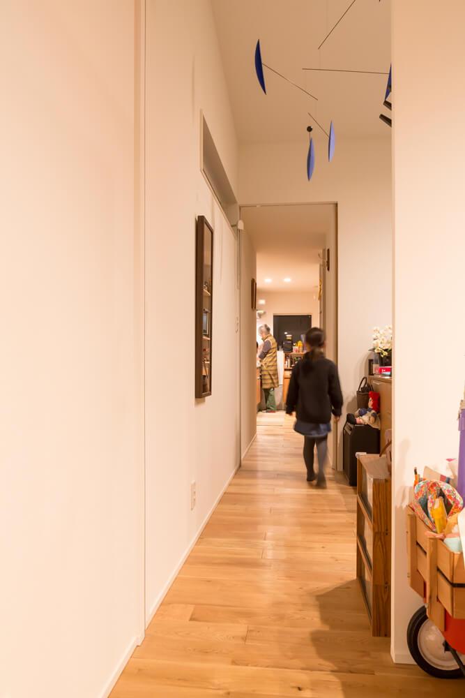 扉ひとつで簡単に世帯間の行き来ができる造り。この動線の両端に、各世帯のキッチンがある