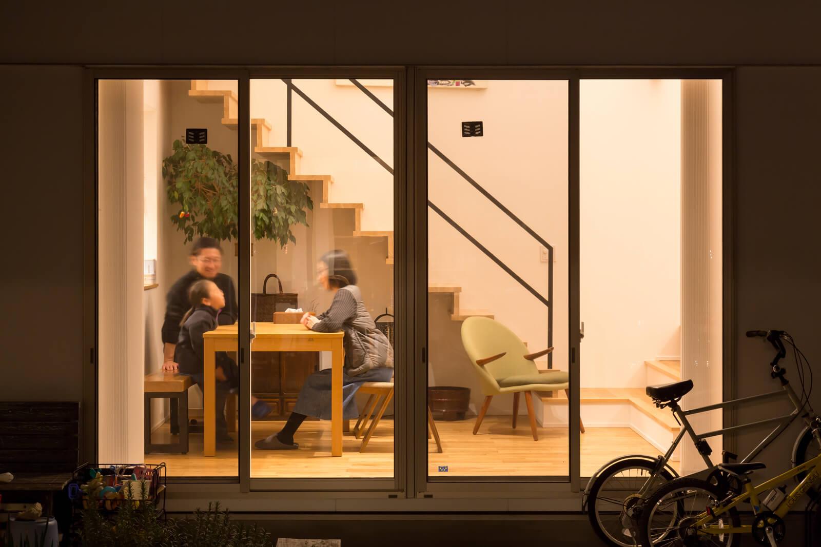 親世帯と子世帯のリビング・ダイニングは、中庭を介して向かい合わせに配置した。窓越しにお互いの様子が感じられて安心