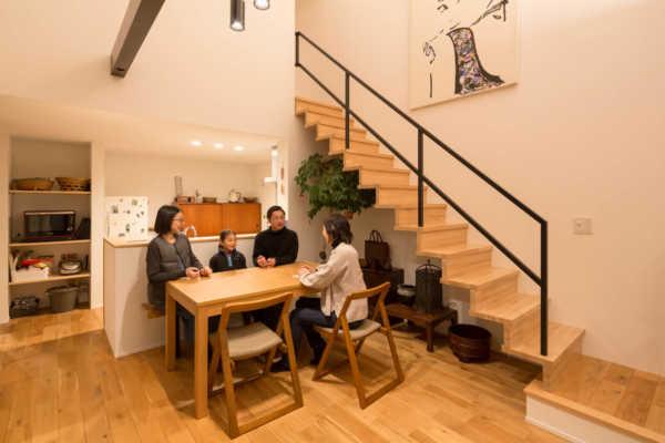 独立性と繋がりを両立させた、シンメトリーな二世帯住宅