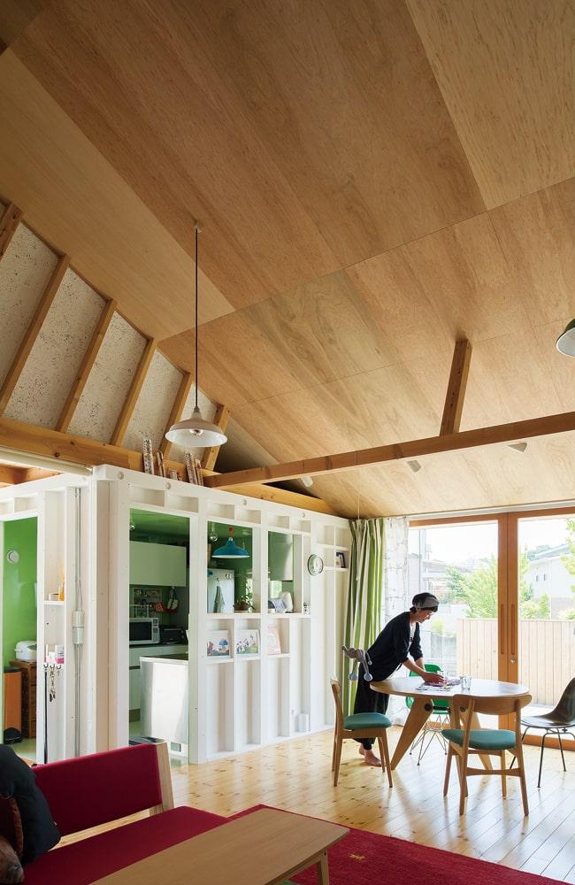箱を配置した余白として生まれた広間は、開放的な勾配天井が特長的。室内にいながらも内外を出入りするような感覚で、単調になりがちな一室空間に変化を与える設計が面白い